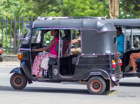 It's rare to see a Tuk Tuk lady driver. Most of the drivers are men, and all of them in sandals or barefoot. I think Sri Lanka people hate shoes as much as I do! hahaha...