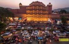 """Hawa Mahal – """"Palace of Winds"""" and city traffic, Jaipur, India"""