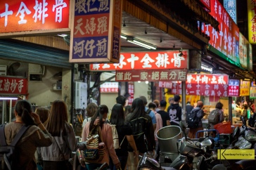 Among soup pots and motorcycles the crowd is gathering for a meal at the Shilin Night Market. My 50mm 1.8 STM precisely captured the scene from one of the most famous neighbourhoods in Taipei.
